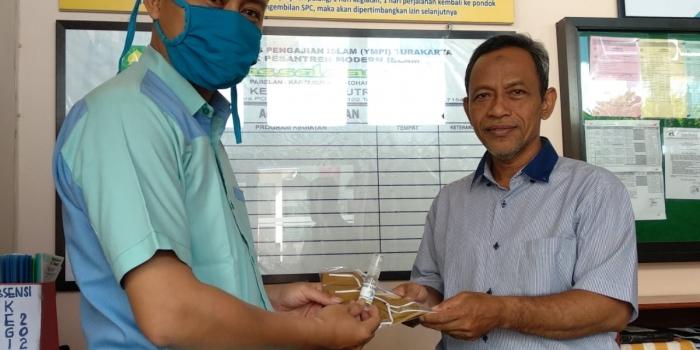 Masker dan Hand Sanitizer untuk Santri Mukim PPMI Assalaam
